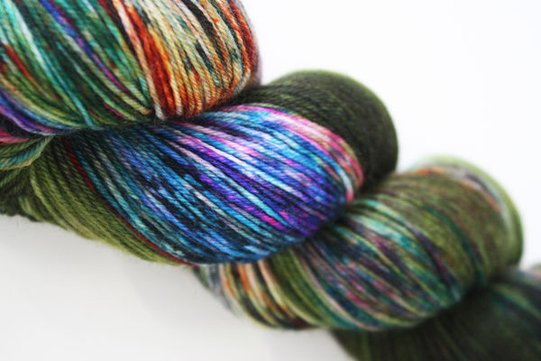 Olann: Sukkalanka  80% merino/ 20% nylon, Middle of nowhere 100g/425m, oliivi-moniväri
